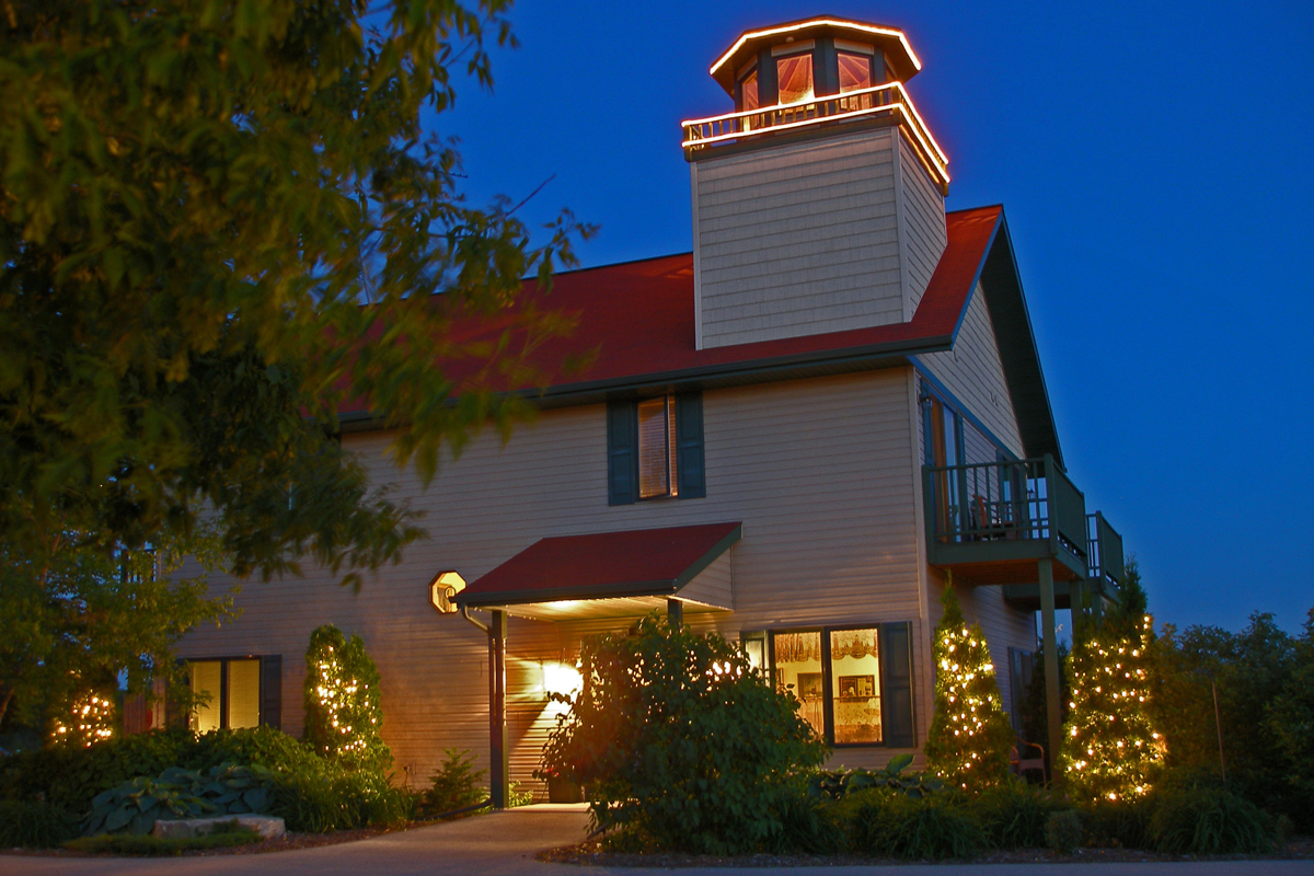 Last minute lodging holiday festivities in door county for Door county lodging fish creek